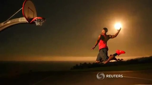NBA-Star Anthony Davis beim 'Sonnen-Dunking'. (Bild: Reuters)