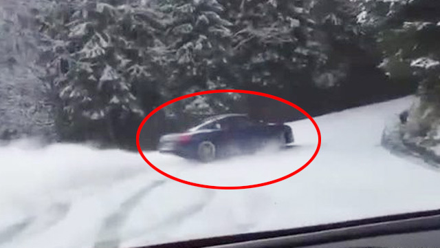 Audi R8 Coupé-Fahrer driftet mit 610 PS verschneiten Berg hoch. (Screenshot: Bit Projects)