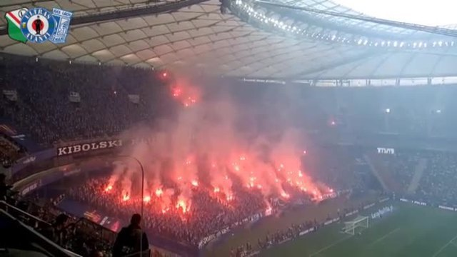 Ultras veranstalten spektakuläre Pyro-Show. (Screenshot: Bit Projects)