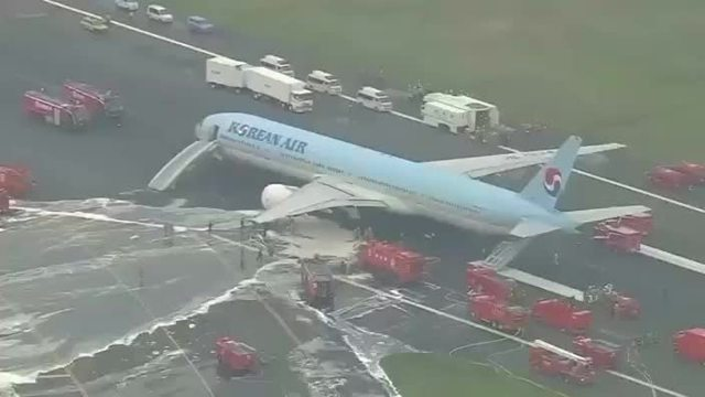 Feuerwehr räumt Maschine der Korean Air in Tokio. (Screenshot: Reuters)