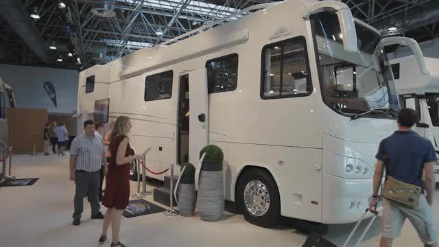 Luxus- und Expeditionsmobile auf dem Caravan Salon. (Screenshot: M4-TV.com)