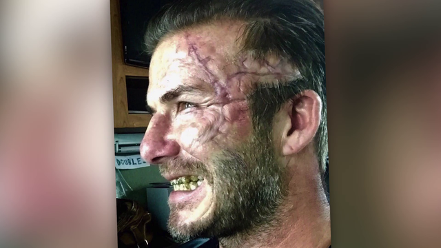 Autsch! So übel sieht David Beckham in 'King Arthur' aus. (Screenshot: Promiflash)