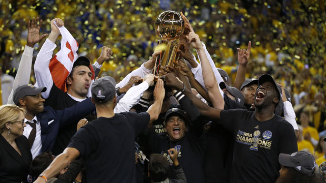 Spieler und Trainer der Golden State Warriors stemmen die NBA-Trophäe in die Luft. (Quelle: Perform/ePlayer) (Quelle: imago)