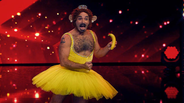 Adam Krandle aus New York präsentiert eine skurrile Burlesque Performance. (Quelle: RTL)