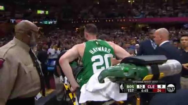 Gordon Hayward von Boston Celtics bricht sich zum NBA-Start den Knöchel. (Screenshot: Omnisport)